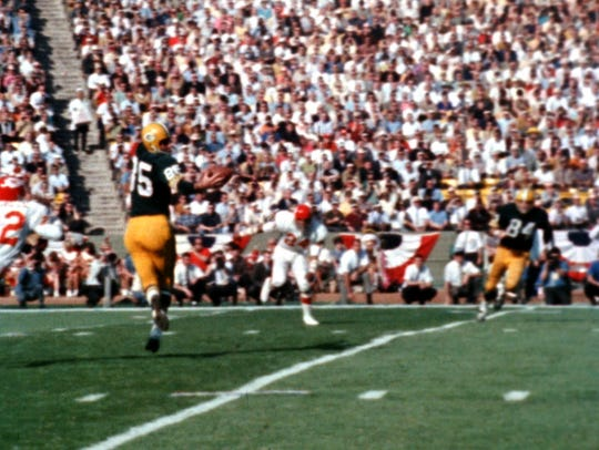Packers' Max McGee (85) makes a one-handed catch during