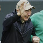 Packers legend Bart Starr gets ovation in return to Lambeau Field
