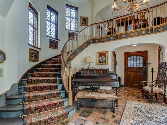 In the great hall offers an Spanish style staircase.