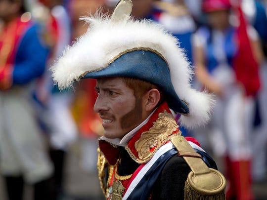Un hombre se vistió de soldado francés para la recreación