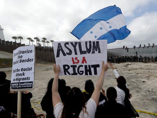 Migrantes centroamericanos que integran la caravana