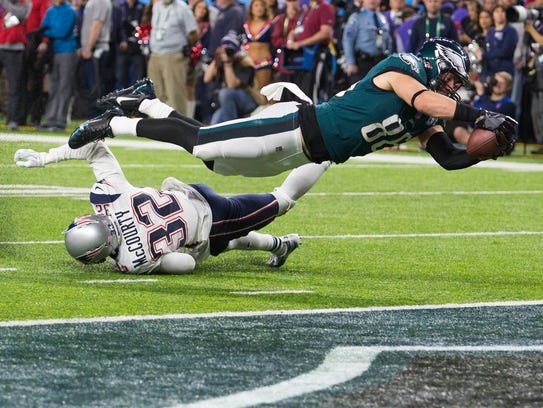 Eagles tight end dives into the end zone to score Sunday