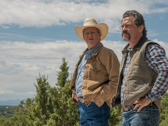 """Supe"" Eric Marsh (Josh Brolin) and Fire Chief Duane Steinbrink (Jeff Bridges) at Lookout Point."