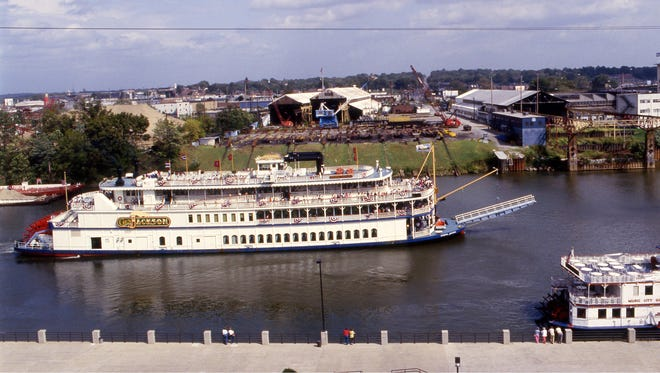 OprylandÕs General Jackson is passing Riverfront Park on a warm fall day Oct. 4, 1986.