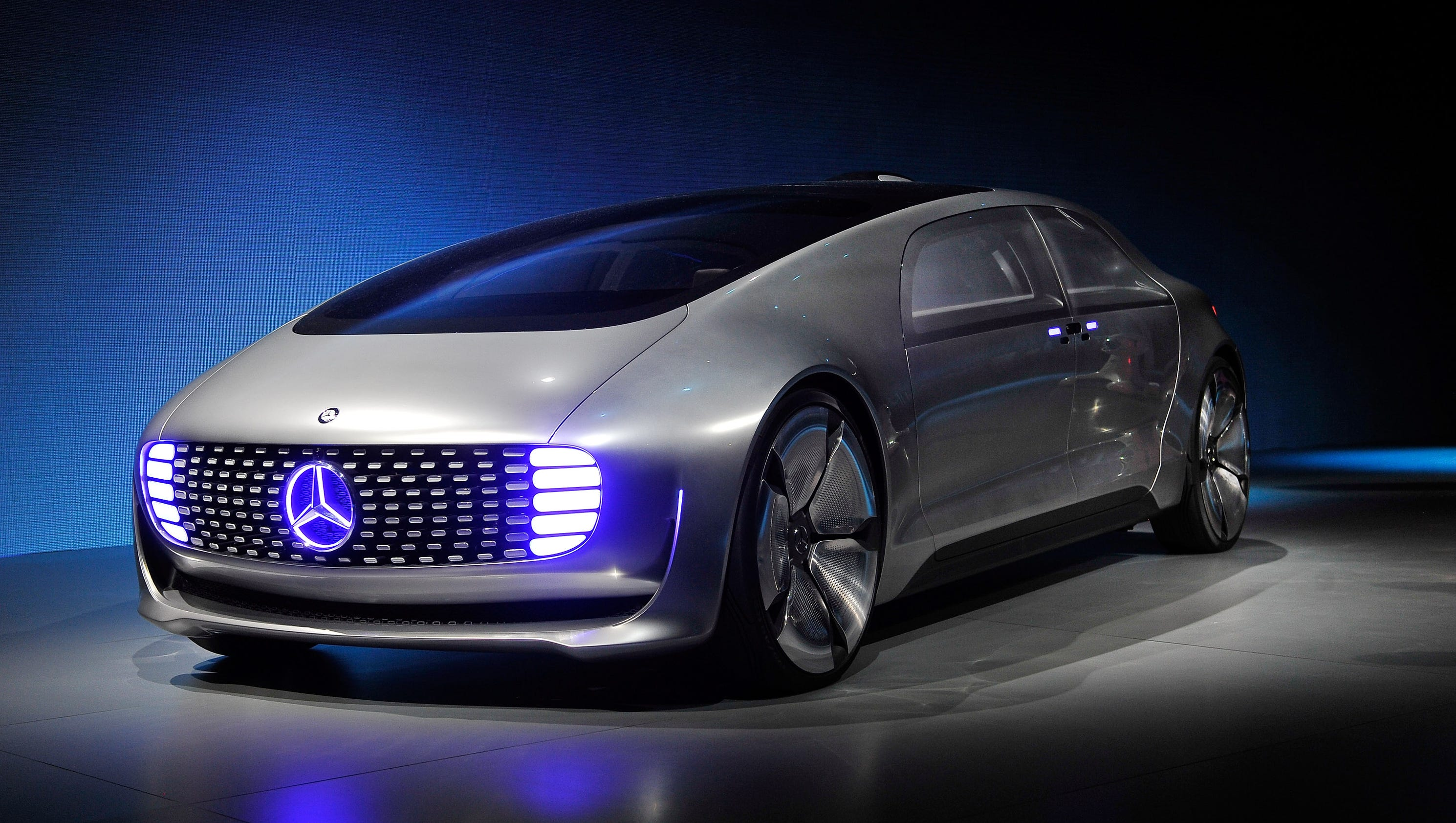 Mercedes benz unveils futuristic car at ces for Mercedes benz car picture gallery