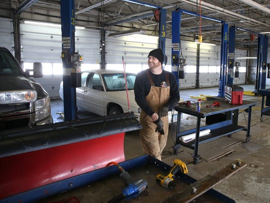 Self serve auto shops cater to diy mechanics tj schouten of dallas center iowa finishes up maintenance solutioingenieria Choice Image
