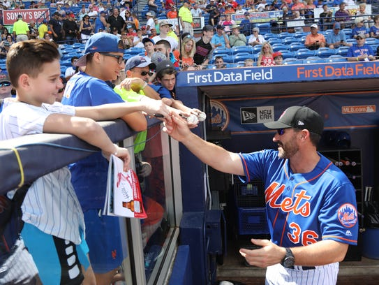 New Mets manager Mickey Callaway signs autographs before
