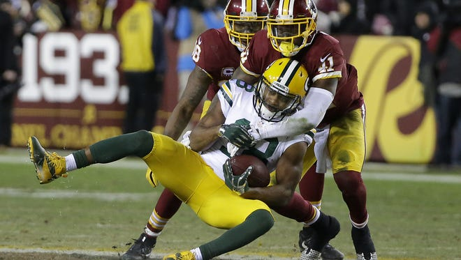 Green Bay Packers wide receiver Randall Cobb (18) makes a catch in front of Washington Redskins cornerback Will Blackmon (41) at Fedex Field January 10, 2016.