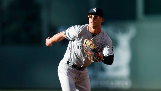New York Yankees first baseman Rob Refsnyder breaks