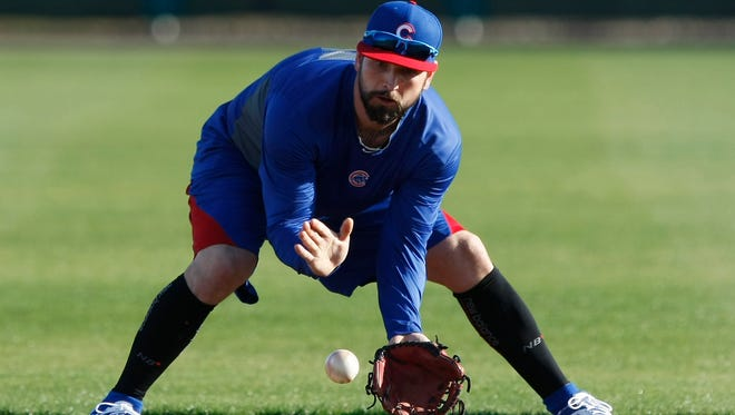 Ryan Roberts fields grounders during camp at Chicago Cubs training facility in Mesa, Ariz.