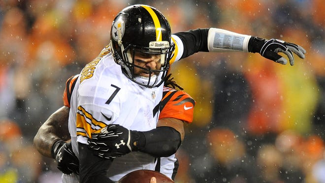 Steelers QB Ben Roethlisberger landed on his right shoulder during this sack Saturday.