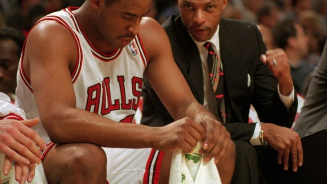 Jim Cleamons, right, talks with Chicago Bulls player Jason Caffey.