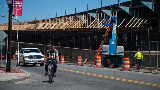 Construction of the first bicycle/pedestrian ramp onto the Ben Franklin bridge from Camden has closed Pearl Street (shown here) to traffic overnight for the next six weeks. Pearl Street parallels the bridge and provides access to the Delaware River waterfront.