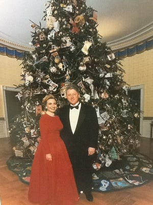 The official holiday photo after the White House was decorated in 1995.