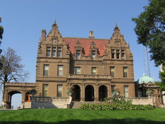Pabst_Mansion_in_Milwaukee_seen_from_Wisconsin_Avenue.jpg