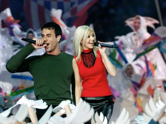 Christina Aguilera (R) and Enrique Iglesias (L) perform during the halftime show at Super Bowl XXXIV at the Georgia Dome in Atlanta, 30 January, 2000.