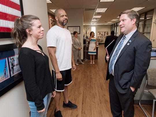 Scott Blackburn, right, interim deputy secretary of Veterans Affairs, right, talks with students Delaney Dickey, left, a senior journalism major, from Nashville and Ansbach, Germany, and Darrell Wright, a senior economics and finance major, from Anderson, Ind.