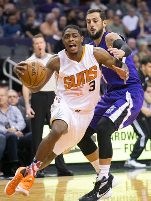 The Suns' Brandon Knight drives to the basket as the Kings' Marco Belinelli defends during the first quarter of an NBA game at Talking Stick Resort Arena in Phoenix on Wednesday, November 4, 2015.