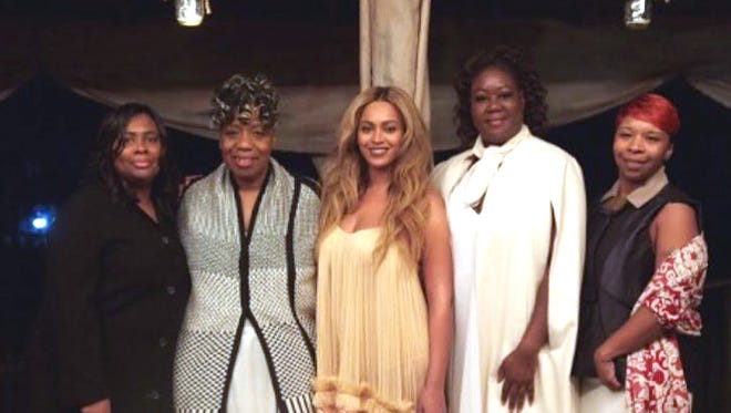 """The photo depicts Wanda Johnson, the mother of Oscar Grant, Gwen Carr, the mother of Eric Garner, Beyoncé, Sybrina Fulton, the mother of Trayvon Martin, Lesley McSpadden-Head, the mother of Michael """"Mike Mike"""" Brown, Jr."""