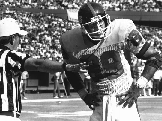 OCTOBER 14, 1985: Field Judge Ron Spitlet signals an incomplete to New York receiver Mark Bavaro. Bararo will be at Empire City Casino, Aug. 26.
