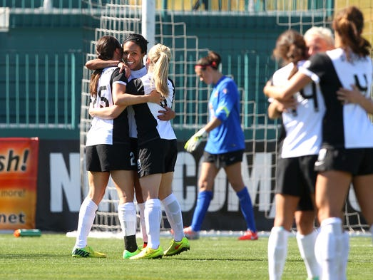 The Seattle Reign came from behind to beat the WNY Flash on a late goal by Sydney Leroux (left facing), 2-1.