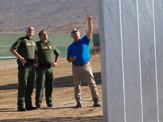 Agentes de la Patrulla Fronteriza observan uno de los prototipos del Muro de Trump.