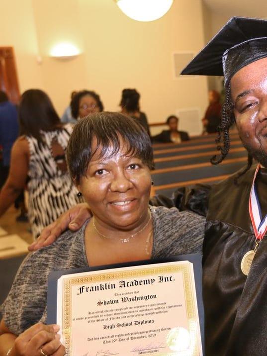 -Shawn Washington graduates23.JPG_20131220.jpg