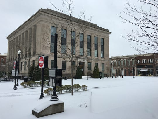 Snow falls at the Sumner County Courthouse on the square