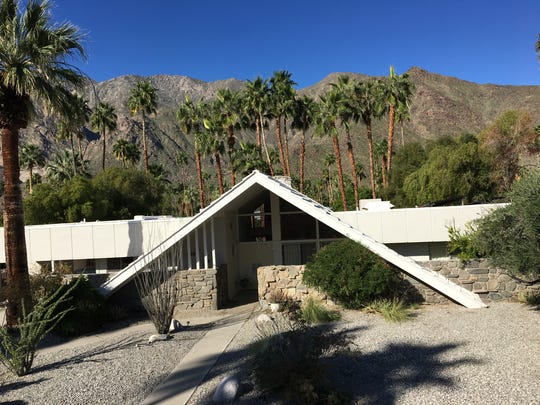 Charles Phoenix leads a Palm Springs Modernism Week bus tour past midcentury gems like this Swiss Miss styled home. (Feb. 2017)