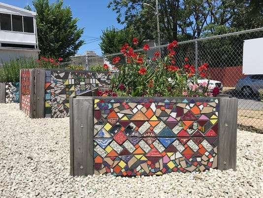 636359130382813440-sample-mosaic-flower-bed-9th-Street-side.jpg