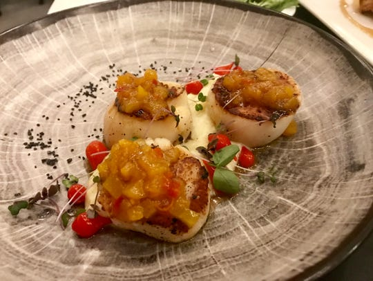 Scallops a la plancha with pear chutney and vanilla-parsnip