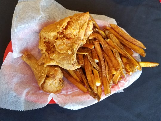 Although it is a pizza restaurant, the new Pizza Pub offers excellent fried chicken and hand-cut double-fried fries.