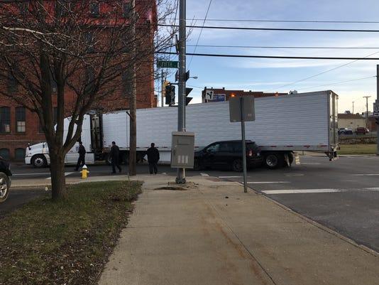 semi-strikes-SUV-downtown-mansfield