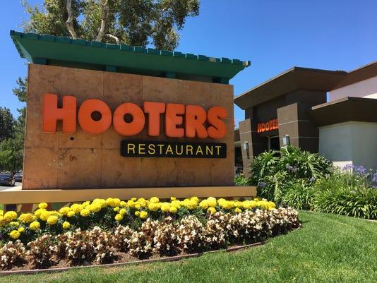 636643324193818218-Hooters-street-sign.JPG