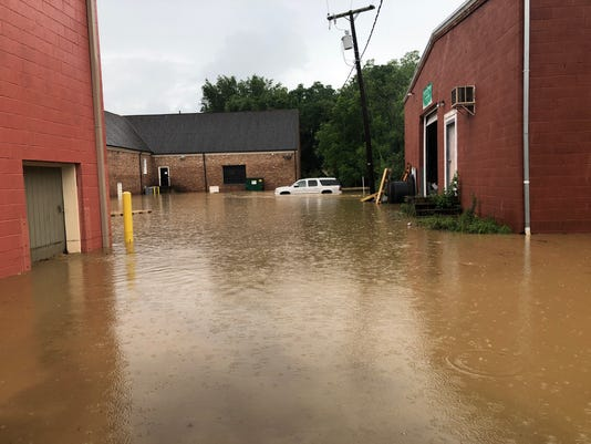 636651999582168454-floodcar.jpg