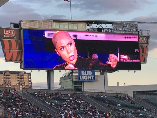 Tamar Braxton takes off and performs without her wig