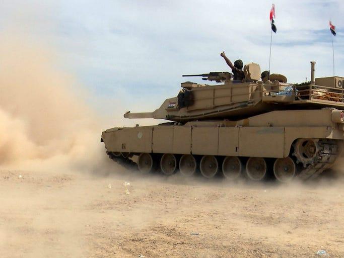 epa04687695 Iraqi army tank advance in Tikrit, Iraq,