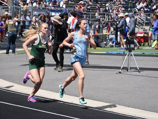 Erika Robtoy (blue) won the 800 Saturday in 2:28.08