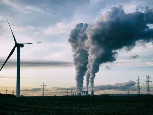 A nivel mundial, la industria representa aproximadamente el 19% de las emisiones directas de gases de efecto invernadero, el 33% si se incluyen las emisiones indirectas, como las generadas por las instalaciones industriales de iluminación y calefacción.