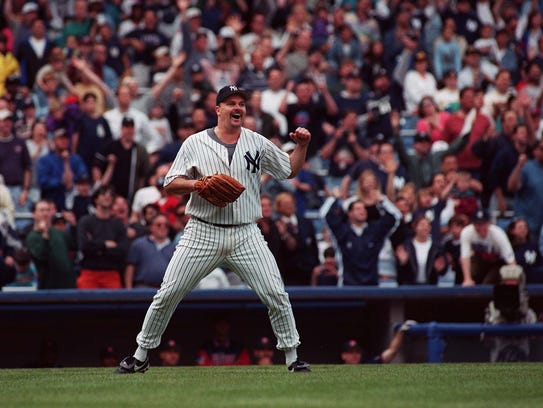 David Wells reacts as he watches Paul O'Neil catch