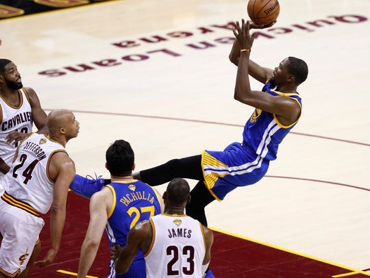 Golden State Warriors forward Kevin Durant (R) takes