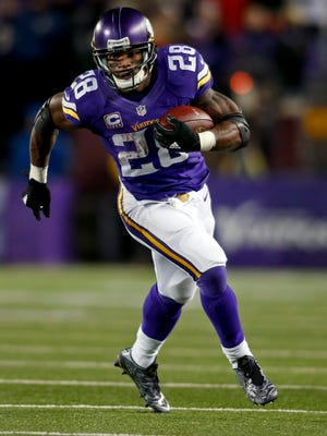 Minnesota Vikings running back Adrian Peterson (28) catches a pass for 15 yards against the New York Giants in the third quarter at TCF Bank Stadium. The Vikings win 49-17.