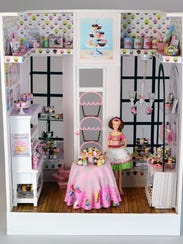 This weekend, there's a free make-and-take workshop at the Dollhouse Miniature Show and Sale.