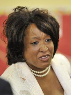 Anggota dewan sekolah Detroit Sherry Gay-Dagnogo sedang mempertimbangkan untuk mencalonkan diri sebagai walikota.