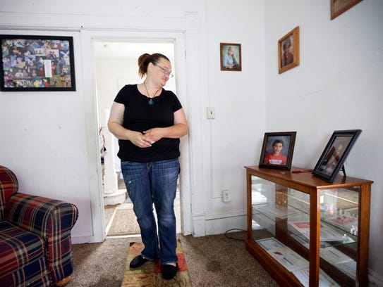 Tamara Bloemendaal looks at a photo of her son, Senquez