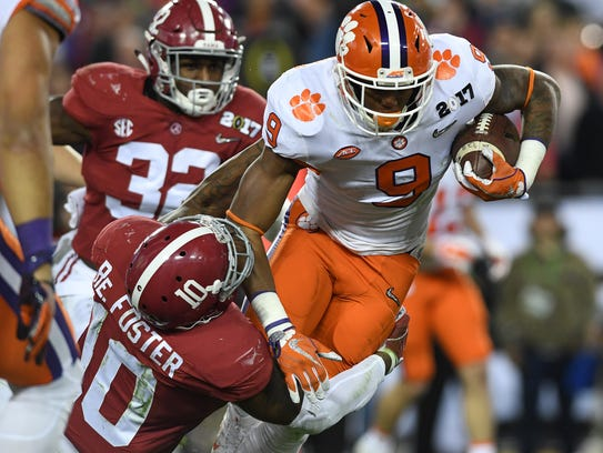 Alabama linebacker Reuben Foster (10) brings down Clemson