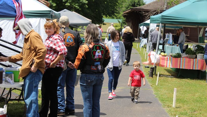 Customers line the walkways of Betsy Ligon Park for the year's first Farmers & Artisan Market.