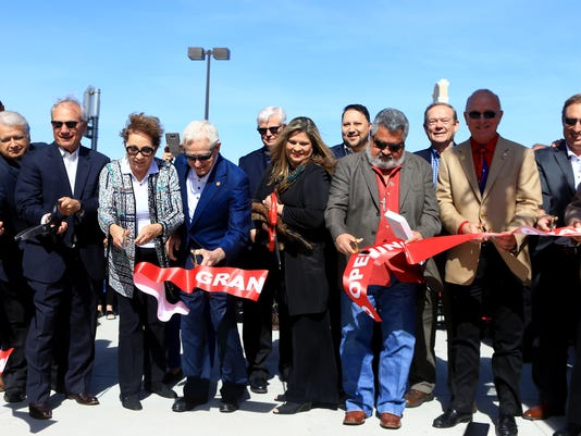 98351664-OutletsRibbonCutting02.jpg