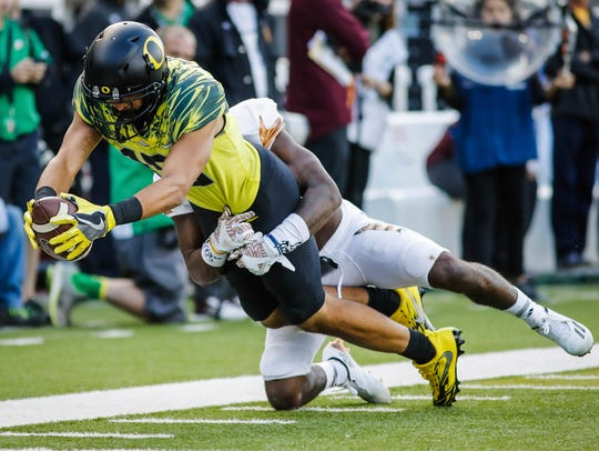Oregon receiver Jalen Brown catches a pass against