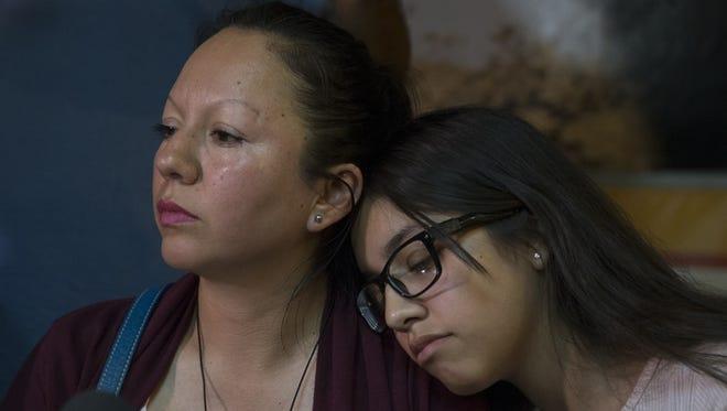 Guadalupe García de Rayos y su hija Jacqueline Rayos García durante una rueda de prensa el 9 de febrero en Kino Border Initiative, Nogales, Sonora.